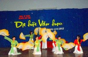 Tiết mục múa trong Dạ hội Văn học 2012. Nguồn: http://nguvandhag.wordpress.com