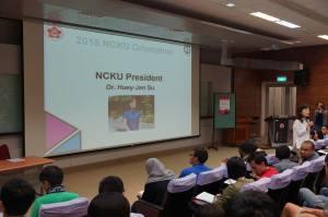 Hiệu trường Su của NCKU rất hòa đồng với SV quốc tế trong buối Orientation
