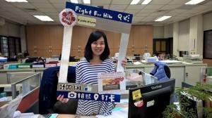 Các nhân viên Phòng QLSVQT cổ động ăn bánh mì gây quỹ
