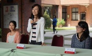 Cô Hiệu trưởng tổ chức mời SVQT ăn bánh mì