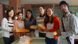 Cô hiệu trường NCKU Huei Jen Su cùng các bạn SVQT thưởng thức bánh mì Việt Nam