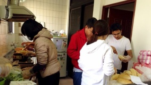Mọi người vất vả với công việc làm bánh mì